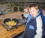 Selbst geerntete Kartoffeln braten