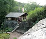 Blick auf Grillhütte und Burggarten