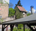 Dach der Grillhütte und Burgtor