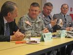 Vorsitzender Landrat a. D. Gall, Colonel Dill und Oberstleutnant von Rabenau (v. l. n. r.) sprachen mit Mitgliedern der Marshall-Gesellschaft über die Zukunft des US-Standorts Wiesbaden).