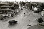 Das Luftbild 1955 vom Leipziger Platz zeigt den Blick in die Stadt.Auf der rechten Straßenseite, hinter dem Kiosk steht das helle Gebäude des T_d_O Leipziger Str