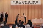 土木学会四国支部の藤澤伸光支部長から表彰状を授与される右城会長