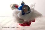 pallina albero Natale con neve  una foto