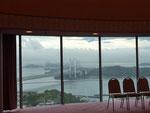 小林氏の挨拶が終わるとカーテンが開き、ガラス窓の外に瀬戸内海と瀬戸大橋が現れた。