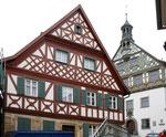 Burgkunstadt, Fachwerkhaus, dahinter das renovierte Rathaus