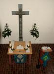 Ebersdorf, Laurentiuskirche, Altar, Altarkreuz und Lesepult