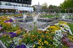 Blumenrabatten vor dem historischen Konzilsgebäude