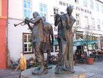 """Ankunft in Quedlinburg beim """"Bären"""", davor vier Musikanten"""