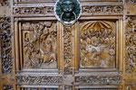 Geschnitzte Reliefs auf einem der Eingangsportale