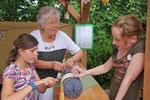 Kinder üben das Klöppeln