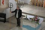 Christuskirche, Vortragekreuz und Altar im Andenken an Reinhart