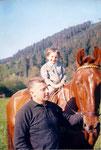 Da war es geschehen ... ich als Vierjährige auf einem Pferd von Onkel Kurt. Der lebenslängliche Pferdevirus ist übergesprungen ...