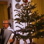 Unser Vater Arthur konnte fast alles spielen, was er in die Finger bekam ... und dann wurde an Weihnachten schnell ein Tango daraus :-)