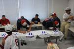 12日親善試合の昼休み中に、日本側がもらったダルビッシュTシャツにサインを書いてもらう。プレミア付くか