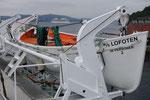 das Große paßt genau ins Rettungsboot - im Hafen von Bergen