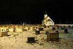 ...Friedhofskapelle mit Hexenmonument im Hintergrund