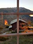 Gemütlich - Feuer im Ofen, der Tisch ist gedeckt, die Aussicht herrlich