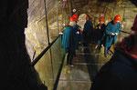 Glasboden über einer 20 m teifen Grube...