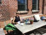 Sommerliches Wetter, also bleiben wir im Gartenrestaurant..