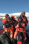 Mit Arctic Suits ausgerüstet fahren wir mit dem Boot zum schwimmenden Hide