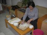 Hu Laoshi mit einem KLEINEN Teil der Füllung, die wir an diesem Abend zu Jiaozi verarbeitet haben:D