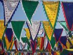 Fahnen im Tempel.... Das Hakenkreuz ist ein wichtiges Symbol bei den Lamas