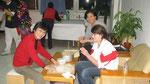 24.12.08 Jiaozi machen für Heiligabend, links Yang Laoshi, rechts Hu Laoshi
