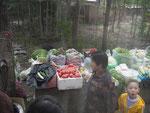 Gemüsemarkt an einer Bushaltestelle in Chengde
