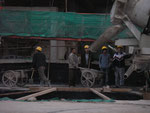 Chinesische Bauarbeiter. Ich habe noch nie einen ohne Helm gesehen. Egal welche Arbeit sie verrichten