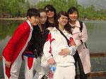 """Auf Klassenauflug im Botanischen Garten... Aybiek, Akbota, Sarah, die kleine Yang Lehrerin (ums wörtlich zu übersetzen) Sie ist eine der der Dorm """"Lehrerinnen*"""