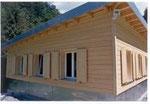 Holzfenster mit Holzzarge u. Holzjalousien