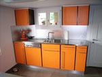 Küche 2-farbig mit Chromstahlabdeckung
