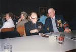 Tessenderlo 11-11-1988 Fons Nuyts doet een dutje en Louis Allenteyns heeft er duidelijk plezier in.