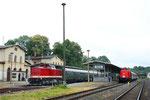 Während der Bergstadtexpress (links) im Bahnhof Nossen noch auf seine Abfahrtszeit zu warten hat, fährt der Sonderzug nach Ziegenhain (rechts) gerade aus Nossen aus, 23. Juni 2018. Foto: Archiv Bergstadtexpress