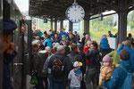 Ganz anders sah das tagsüber aus, als der 3. Bergstadtexpress von den Fahrgästen regelrecht gestürmt wurde, so wie hier am 24. Juni 2018 im Bahnhof Freiberg. Foto: Archiv Bergstadtexpress