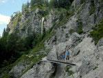 Petra mit Martin auf schmalem Steig