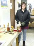 Corine et sa 1ere réalisation en sculpture sur bois