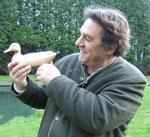 Il peut être fier de sa réalisation à l'issue de son initiation à la sculpture sur bois en baie de Somme
