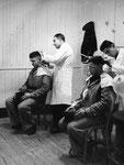 chez le coiffeur, très court !...