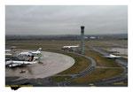 Vue de la tour Nord avec les Airbus A380 Singapor Airlines et Malaysia Airlines, Boeing 767 au roulage