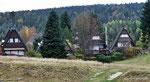 eine Ferienhaus-Siedlung aus Nurdachhäusern eine sehr gepflegte Siedung direkt am See