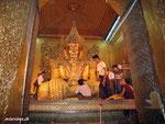 Buddha in der Mahahumi Pagode in Madalay - das drittwichtigste Heiligtum in Myanmar