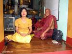 Buddhisten und Gläubige in einem Seitentempel bei der Shwedagon Pagode