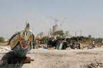 Ville Dakar, pirogue-cahute pêcheur-cimenterie. Livre Dakar l'Insoumise, Edition Autrement