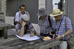 Kartenstudium am Place Saint-Vincent