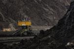 """Bandumsetzer. Das Förderband auf der Grubensohle fördert rund 20 Mio. t/a zum Bahnverlad zum Kraftwerk """"Schwarze Pumpe"""" und zur Brikettfabrik (Union Briketts uns Wirbelschichtkohle)"""