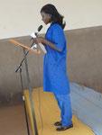 Auch die Sprecherin des Abschlussjahrgangs hält eine Rede