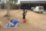 Westafrikanische KITA: Die Siebenjährige kümmert sich um die beiden Kleinkinder