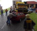 Erste Schaulustige begutachten das Unfallfahrzeug