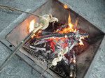 Stockbrot grillen an der Feuerstelle des Robinsonspielplatzes